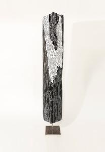 N&B n°18 - 74 x 11 x 11 cm - acrylique sur bois flotté - © Annie Thérie