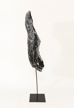 N&B n°5 - 66 x 12 x 12 cm - acrylique sur bois flotté - © Annie Thérie