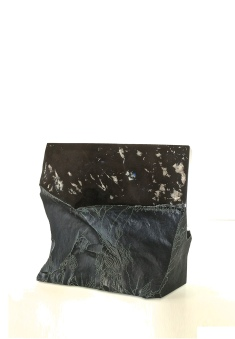 Chaos organisé - Abtey / Therie - 28 x 17 x 27 cm - acrylique sur marbre noir - © Annie Thérie